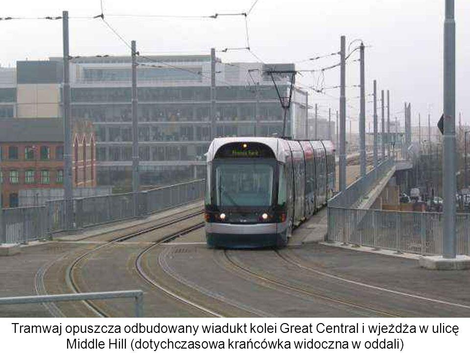 Tramwaj opuszcza odbudowany wiadukt kolei Great Central i wjeżdża w ulicę Middle Hill (dotychczasowa krańcówka widoczna w oddali)