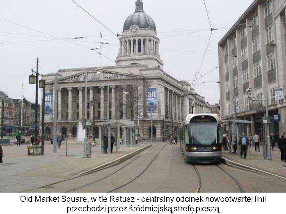 Old Market Square, w tle Ratusz - centralny odcinek nowootwartej linii przechodzi przez śródmiejską strefę pieszą
