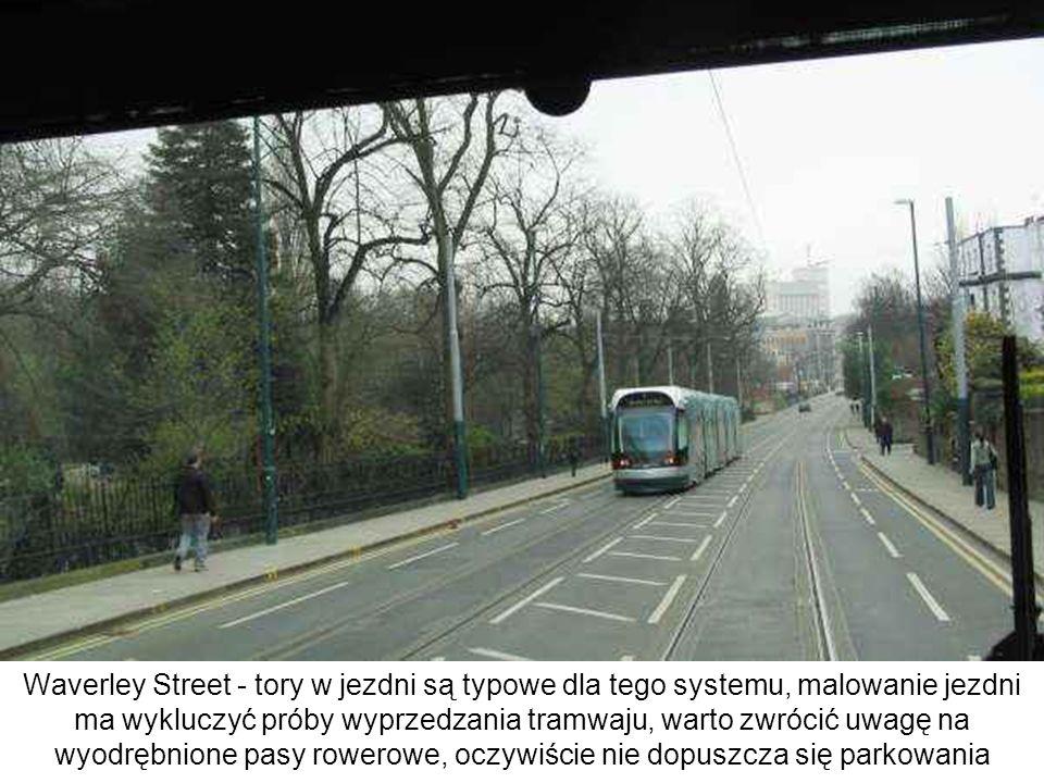 Waverley Street - tory w jezdni są typowe dla tego systemu, malowanie jezdni ma wykluczyć próby wyprzedzania tramwaju, warto zwrócić uwagę na wyodrębnione pasy rowerowe, oczywiście nie dopuszcza się parkowania