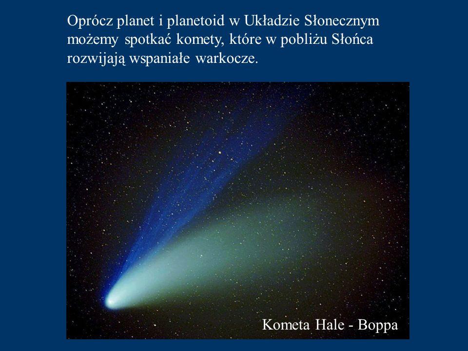 Oprócz planet i planetoid w Układzie Słonecznym możemy spotkać komety, które w pobliżu Słońca rozwijają wspaniałe warkocze.