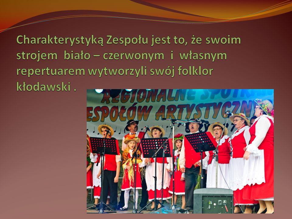 Charakterystyką Zespołu jest to, że swoim strojem biało – czerwonym i własnym repertuarem wytworzyli swój folklor kłodawski .