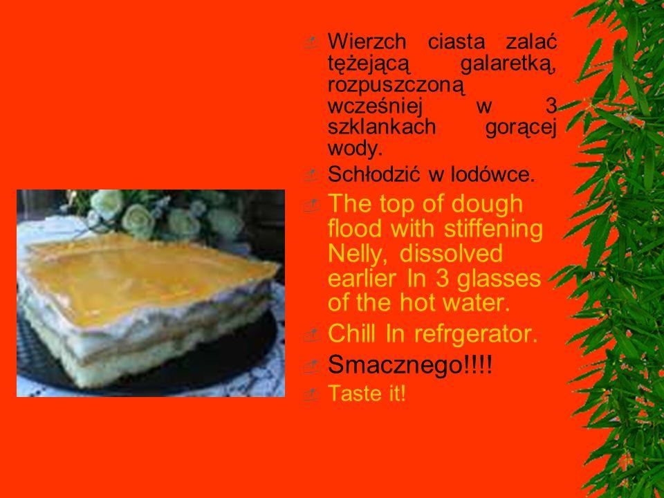 Wierzch ciasta zalać tężejącą galaretką, rozpuszczoną wcześniej w 3 szklankach gorącej wody.