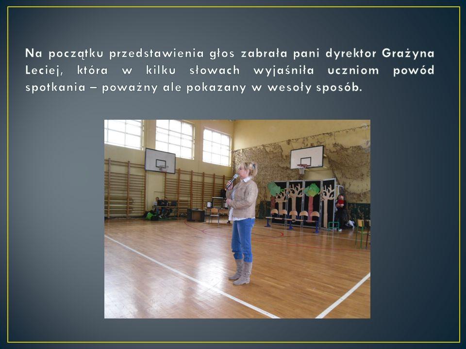 Na początku przedstawienia głos zabrała pani dyrektor Grażyna Leciej, która w kilku słowach wyjaśniła uczniom powód spotkania – poważny ale pokazany w wesoły sposób.