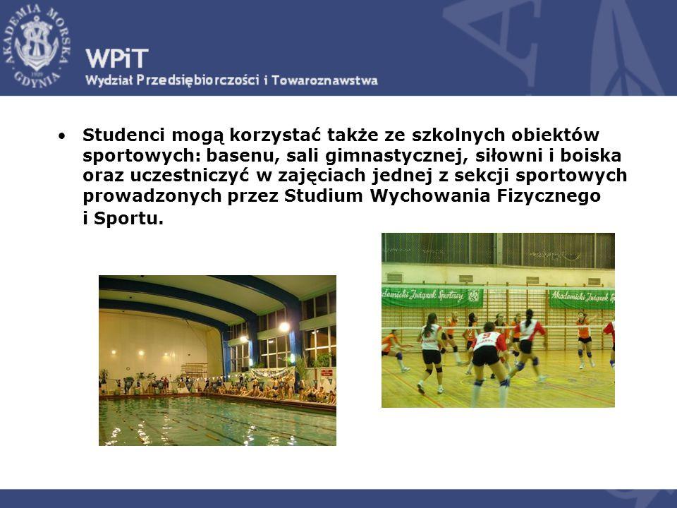 Studenci mogą korzystać także ze szkolnych obiektów sportowych: basenu, sali gimnastycznej, siłowni i boiska oraz uczestniczyć w zajęciach jednej z sekcji sportowych prowadzonych przez Studium Wychowania Fizycznego i Sportu.