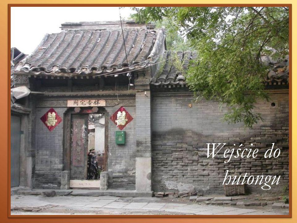 Wejście do hutongu /fot.: http://pl.wikipedia.org/w/index.php title=Plik:Hutong_1_(Snowyowls).jpg&filetimestamp=20050421214835 (27 III 12)/