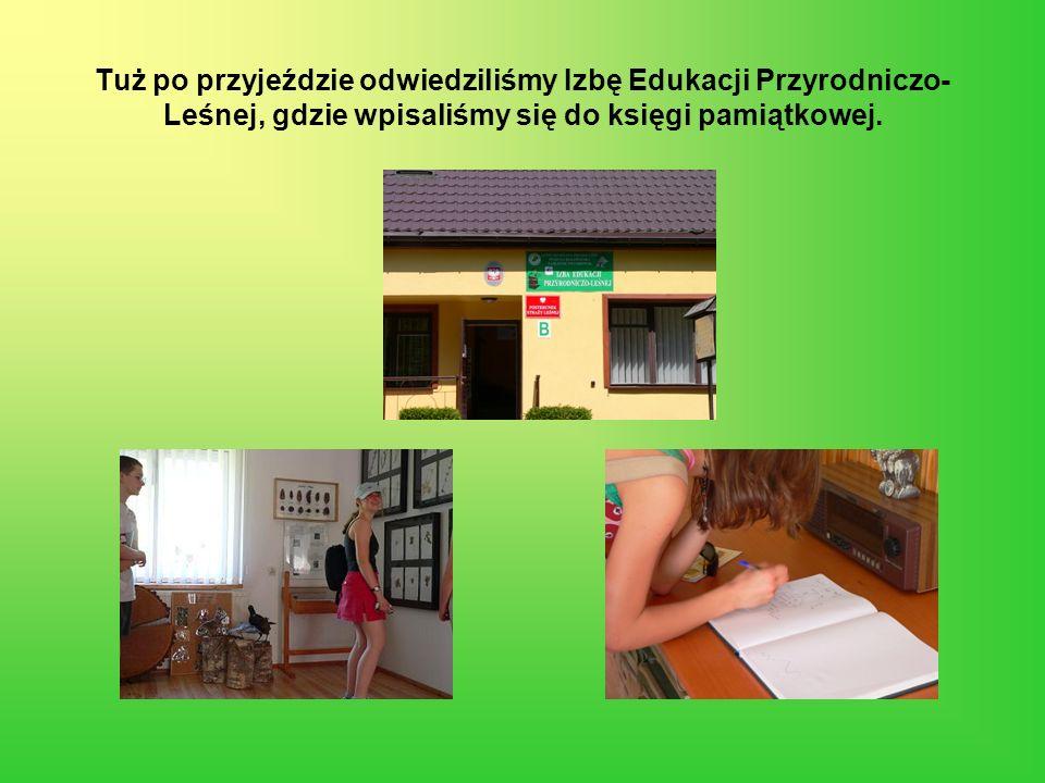 Tuż po przyjeździe odwiedziliśmy Izbę Edukacji Przyrodniczo- Leśnej, gdzie wpisaliśmy się do księgi pamiątkowej.