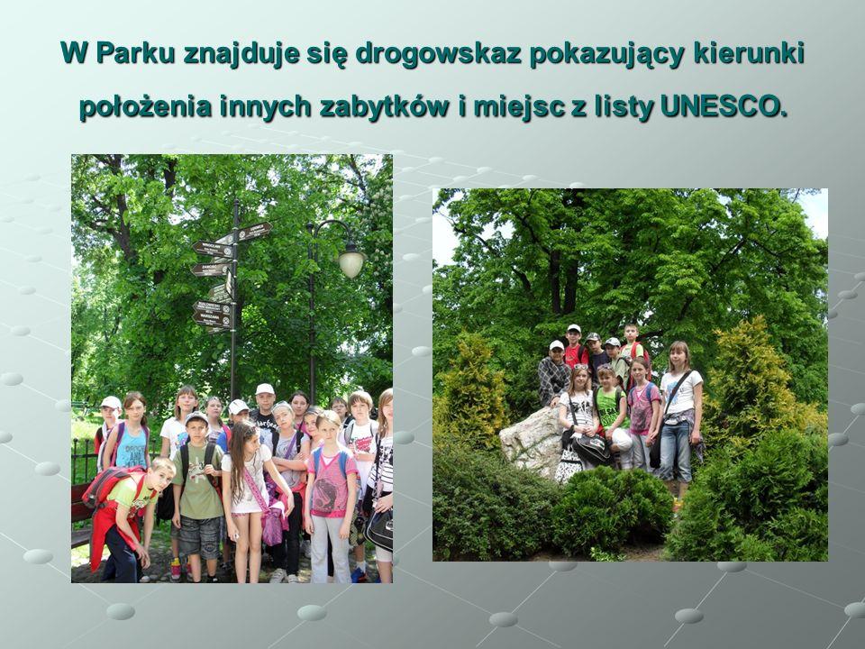 W Parku znajduje się drogowskaz pokazujący kierunki położenia innych zabytków i miejsc z listy UNESCO.