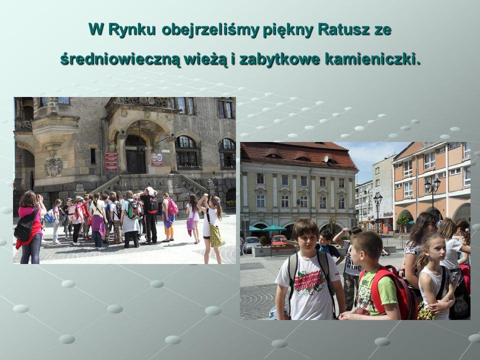 W Rynku obejrzeliśmy piękny Ratusz ze średniowieczną wieżą i zabytkowe kamieniczki.