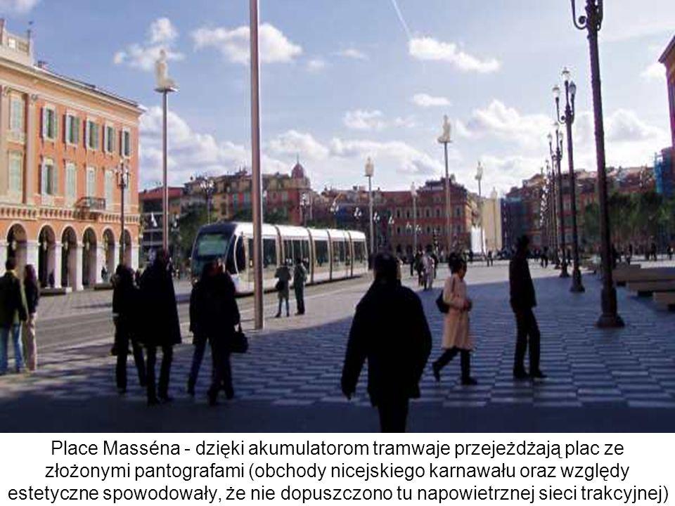Place Masséna - dzięki akumulatorom tramwaje przejeżdżają plac ze złożonymi pantografami (obchody nicejskiego karnawału oraz względy estetyczne spowodowały, że nie dopuszczono tu napowietrznej sieci trakcyjnej)