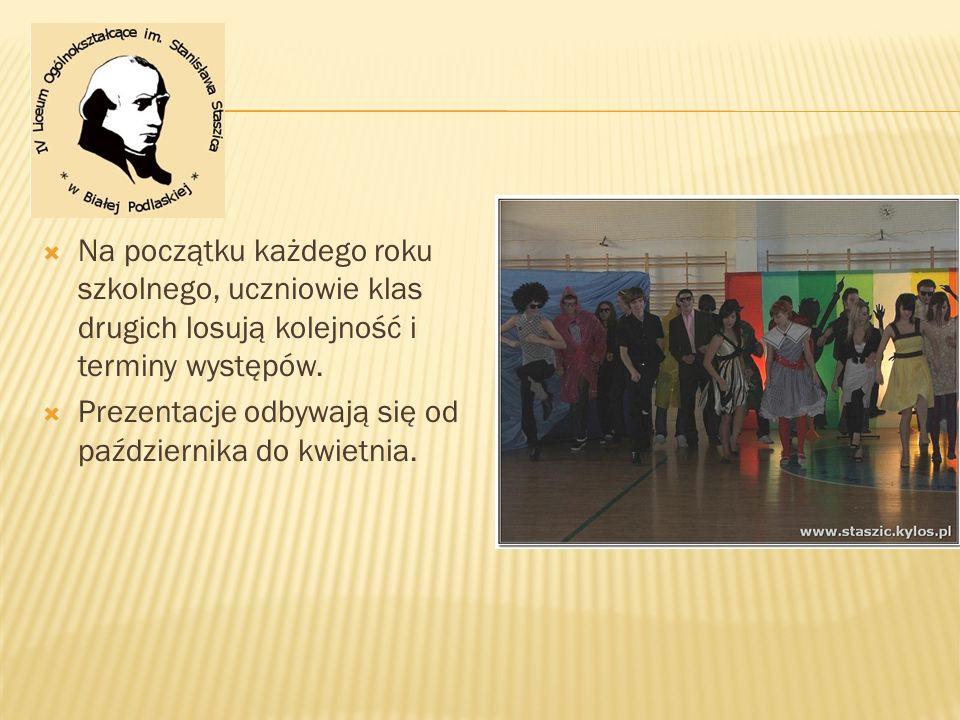 Na początku każdego roku szkolnego, uczniowie klas drugich losują kolejność i terminy występów.