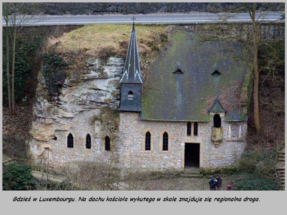 Gdzieś w Luxembourgu. Na dachu kościoła wykutego w skale znajduje się regionalna droga.
