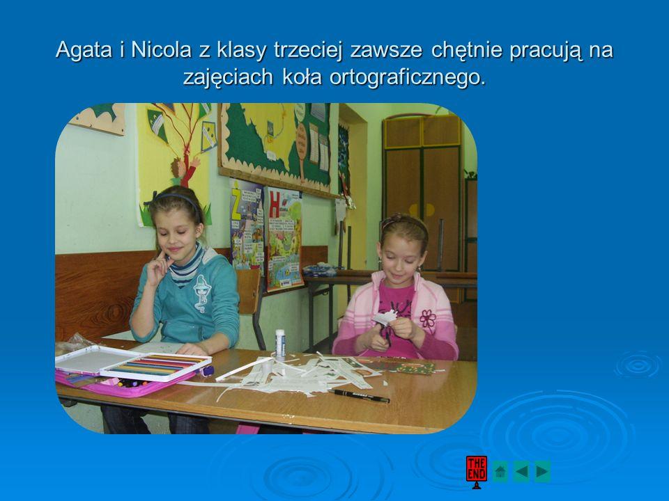 Agata i Nicola z klasy trzeciej zawsze chętnie pracują na zajęciach koła ortograficznego.