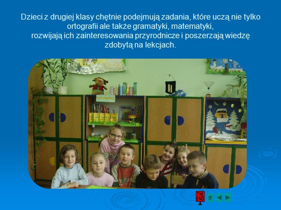 Dzieci z drugiej klasy chętnie podejmują zadania, które uczą nie tylko ortografii ale także gramatyki, matematyki, rozwijają ich zainteresowania przyrodnicze i poszerzają wiedzę zdobytą na lekcjach.