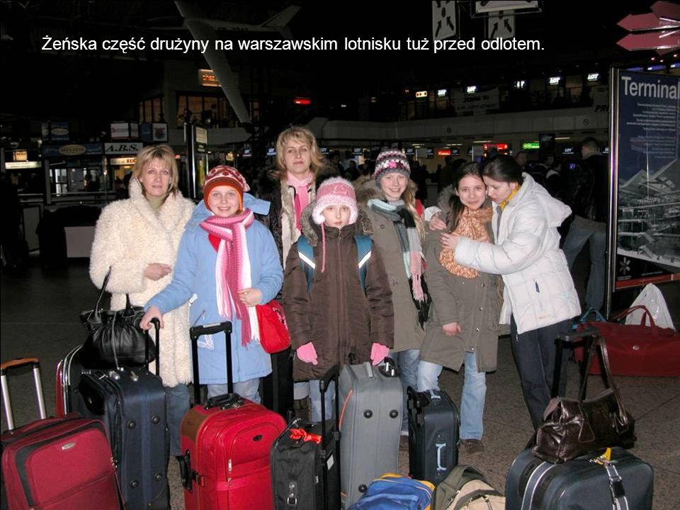 Żeńska część drużyny na warszawskim lotnisku tuż przed odlotem.
