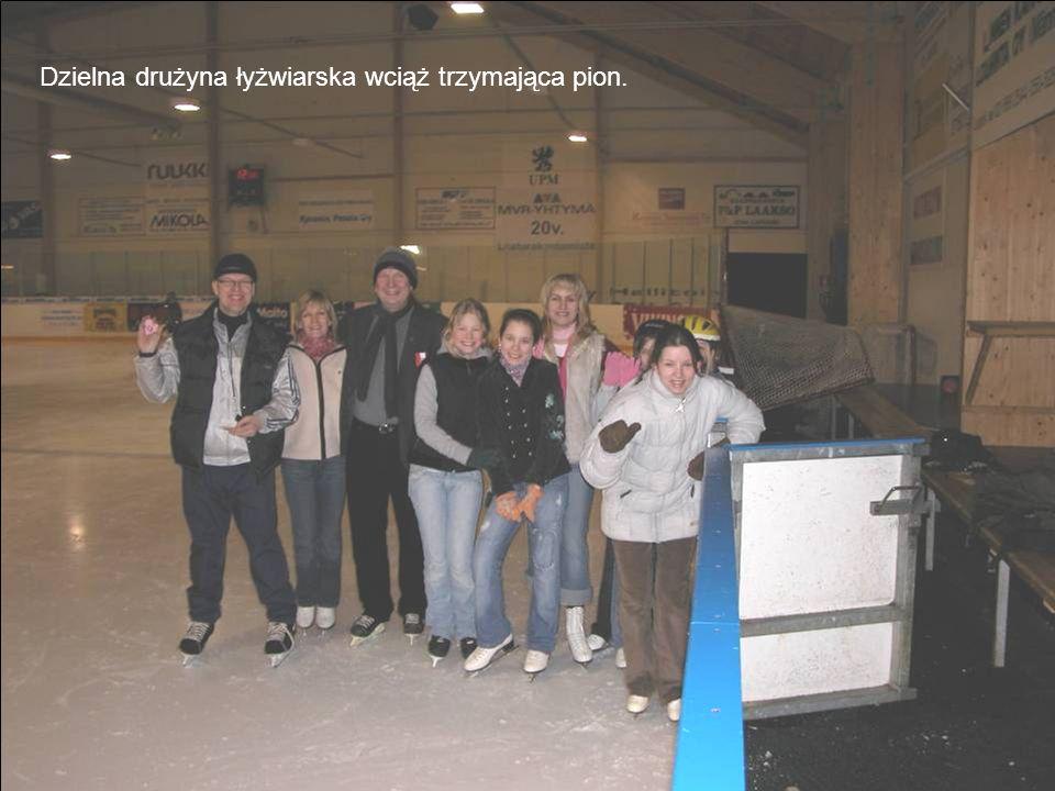 Dzielna drużyna łyżwiarska wciąż trzymająca pion.