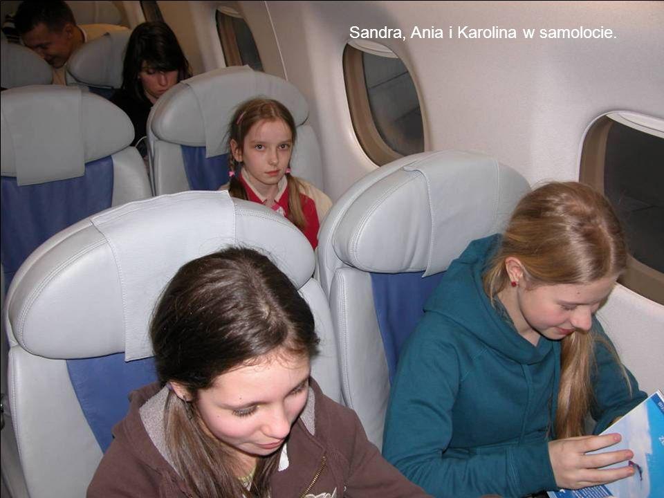 Sandra, Ania i Karolina w samolocie.