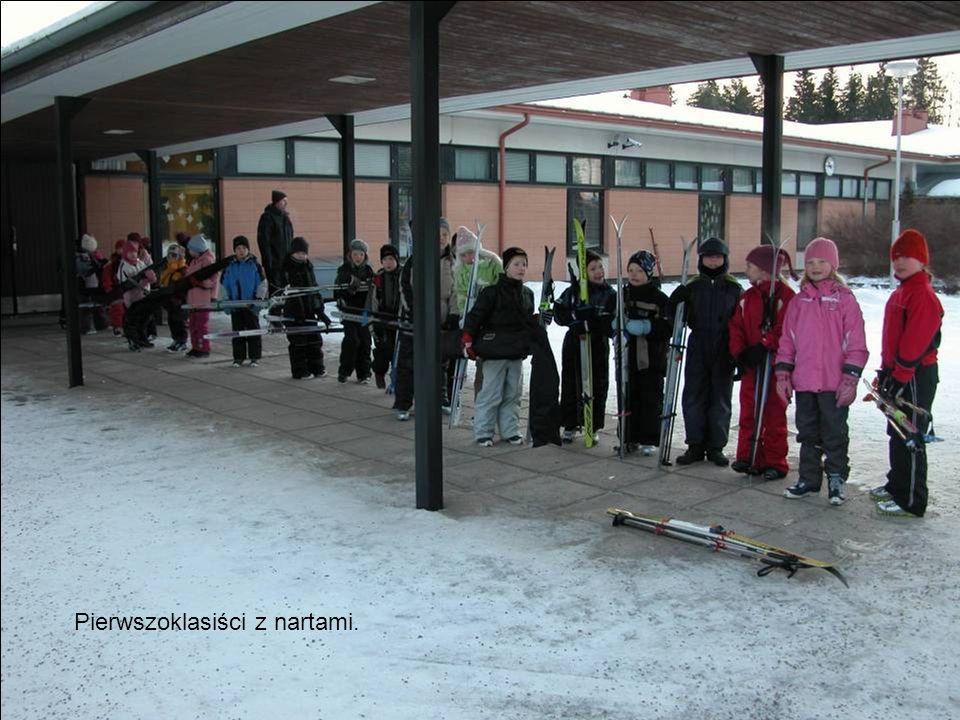 Pierwszoklasiści z nartami.