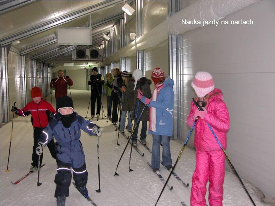 Nauka jazdy na nartach.