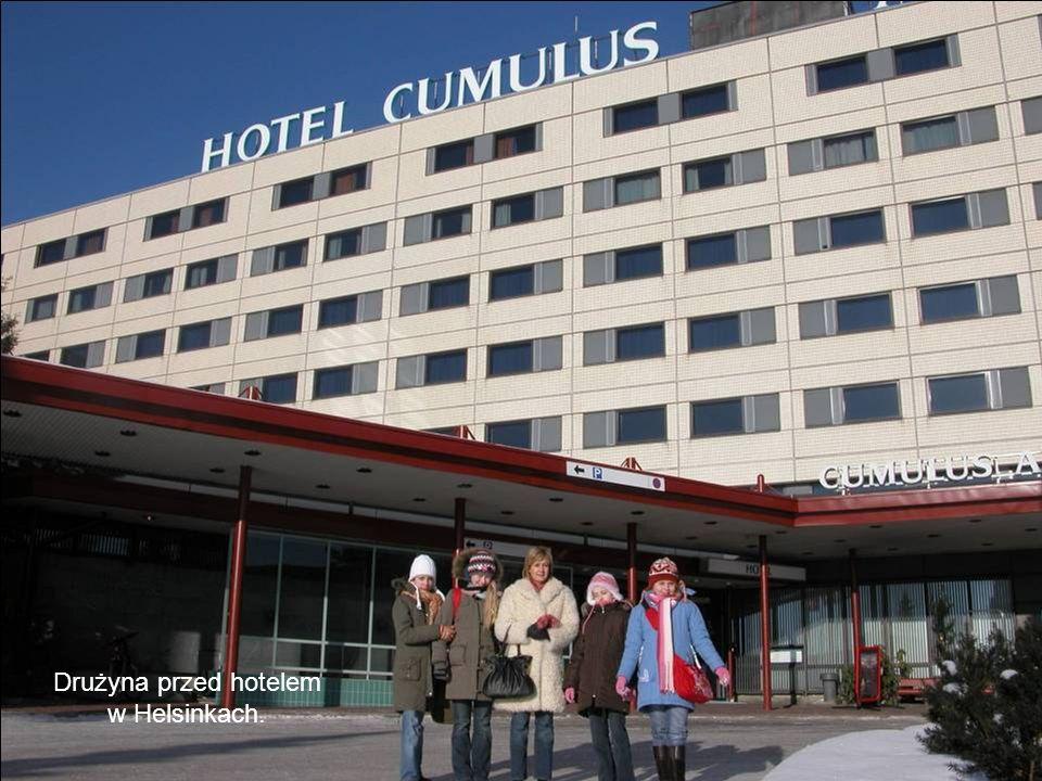 Drużyna przed hotelem w Helsinkach.