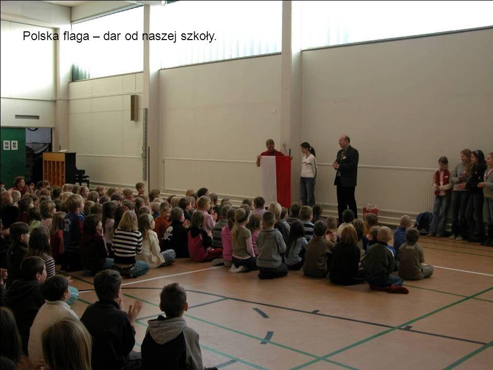 Polska flaga – dar od naszej szkoły.