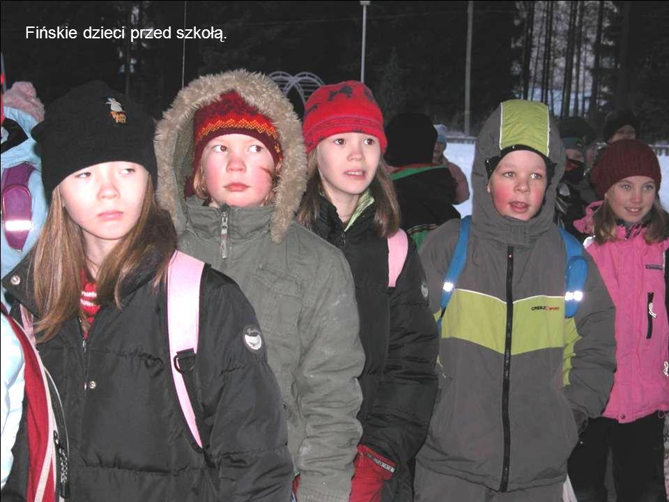 Fińskie dzieci przed szkołą.