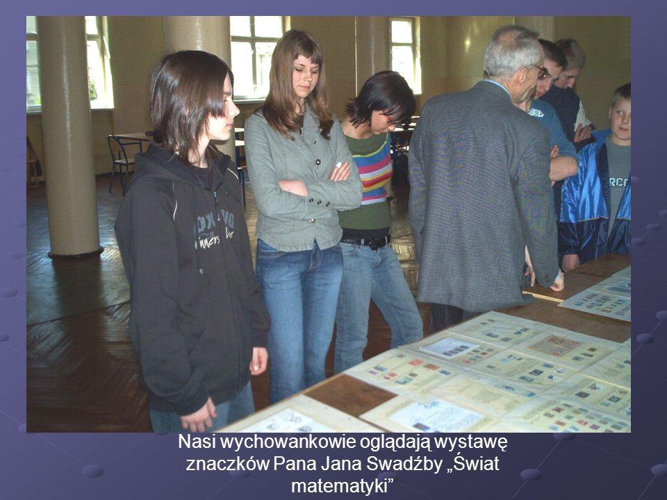 """Nasi wychowankowie oglądają wystawę znaczków Pana Jana Swadźby """"Świat matematyki"""