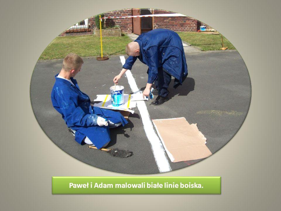 Paweł i Adam malowali białe linie boiska.