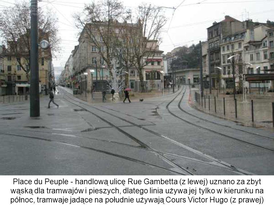 Place du Peuple - handlową ulicę Rue Gambetta (z lewej) uznano za zbyt wąską dla tramwajów i pieszych, dlatego linia używa jej tylko w kierunku na północ, tramwaje jadące na południe używają Cours Victor Hugo (z prawej)