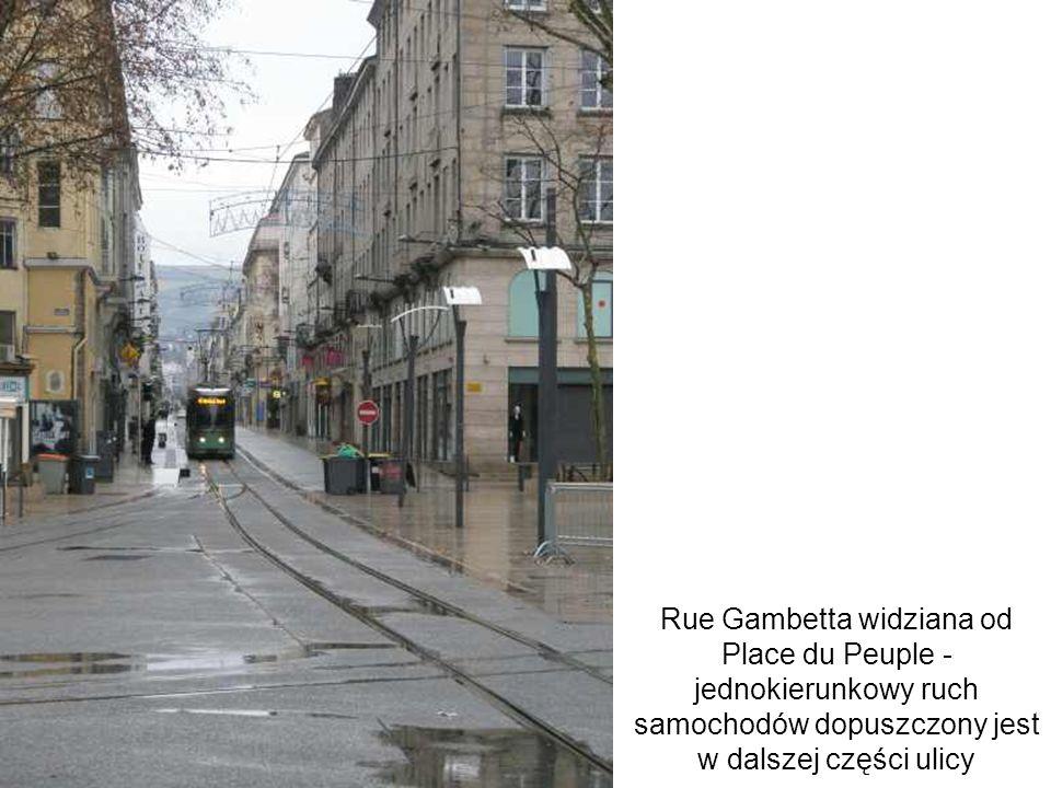 Rue Gambetta widziana od Place du Peuple - jednokierunkowy ruch samochodów dopuszczony jest w dalszej części ulicy