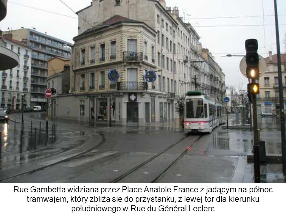 Rue Gambetta widziana przez Place Anatole France z jadącym na północ tramwajem, który zbliża się do przystanku, z lewej tor dla kierunku południowego w Rue du Général Leclerc