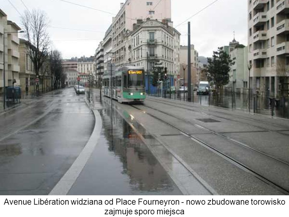 Avenue Libération widziana od Place Fourneyron - nowo zbudowane torowisko zajmuje sporo miejsca