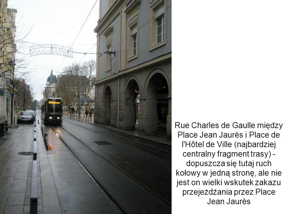 Rue Charles de Gaulle między Place Jean Jaurès i Place de l Hôtel de Ville (najbardziej centralny fragment trasy) - dopuszcza się tutaj ruch kołowy w jedną stronę, ale nie jest on wielki wskutek zakazu przejeżdżania przez Place Jean Jaurès