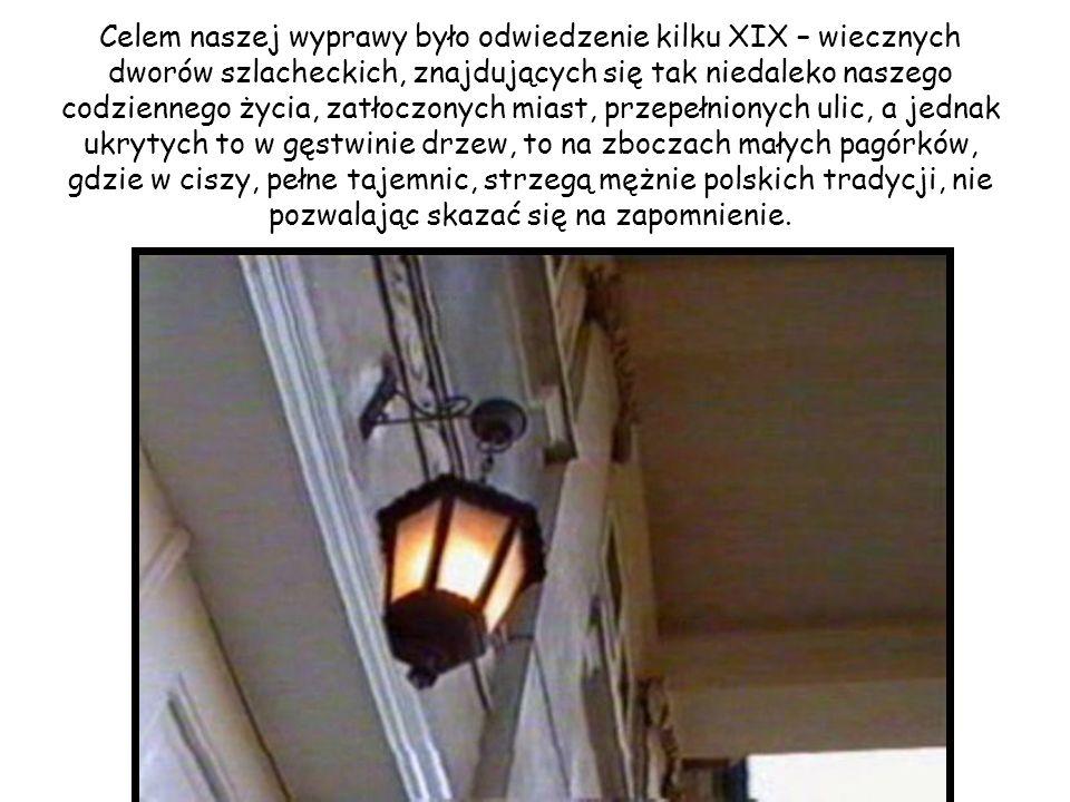 Celem naszej wyprawy było odwiedzenie kilku XIX – wiecznych dworów szlacheckich, znajdujących się tak niedaleko naszego codziennego życia, zatłoczonych miast, przepełnionych ulic, a jednak ukrytych to w gęstwinie drzew, to na zboczach małych pagórków, gdzie w ciszy, pełne tajemnic, strzegą mężnie polskich tradycji, nie pozwalając skazać się na zapomnienie.