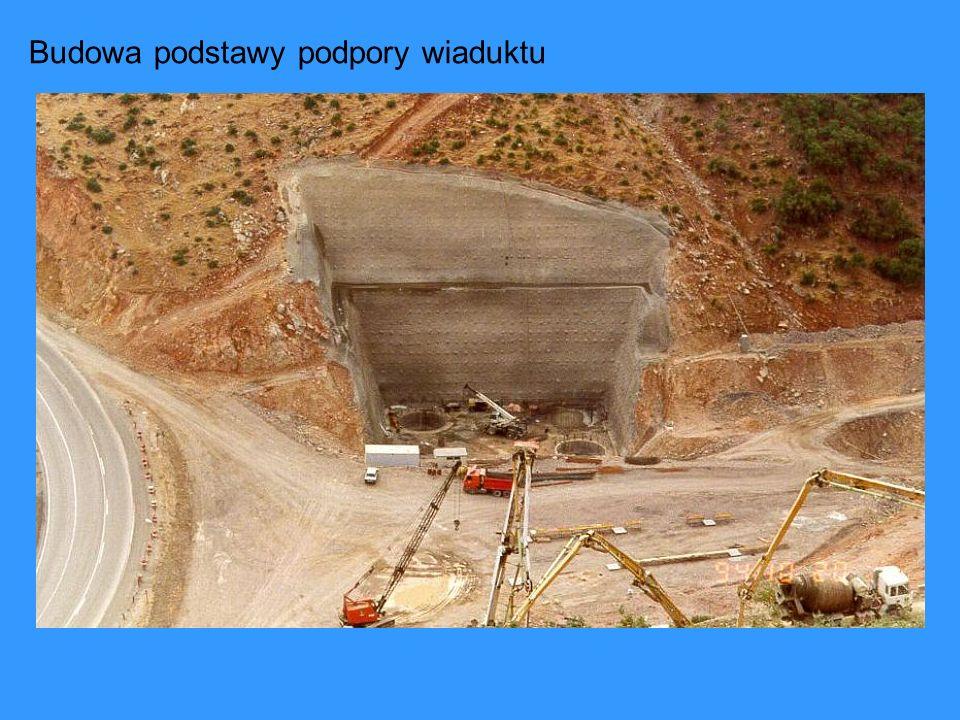 Budowa podstawy podpory wiaduktu