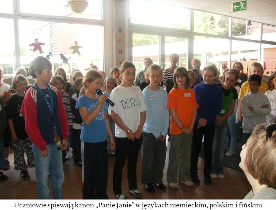 """Uczniowie śpiewają kanon """"Panie Janie w językach niemieckim, polskim i fińskim"""