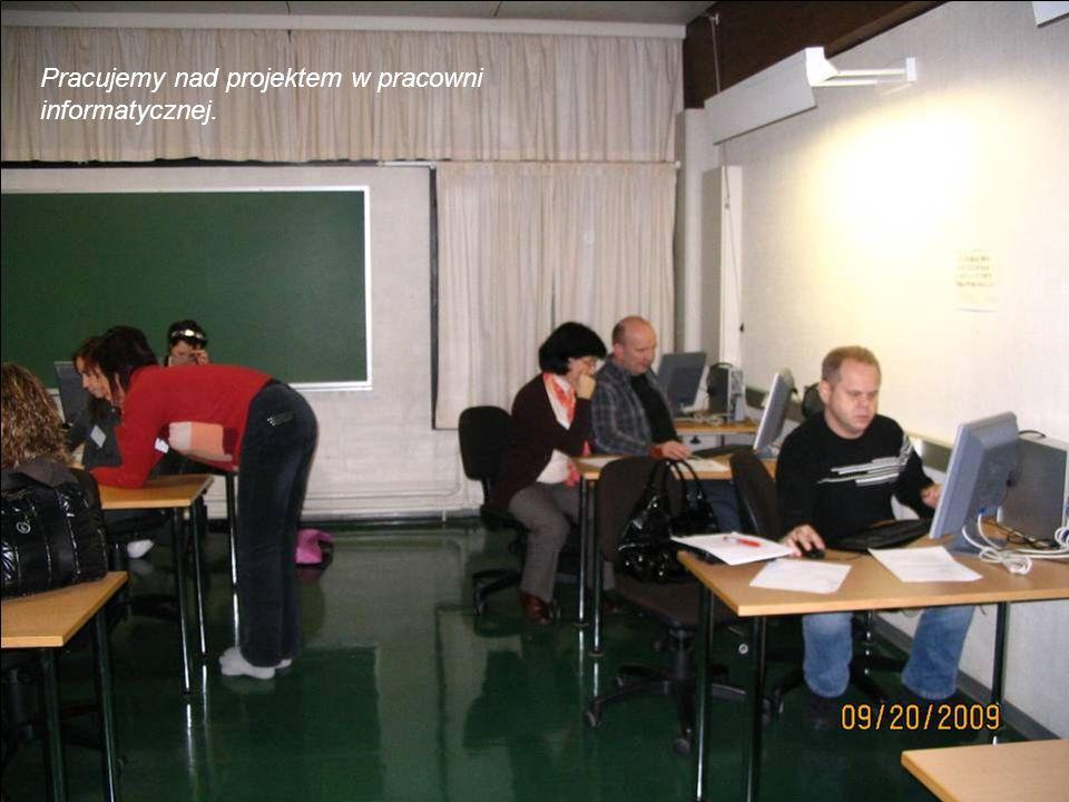 Pracujemy nad projektem w pracowni informatycznej.