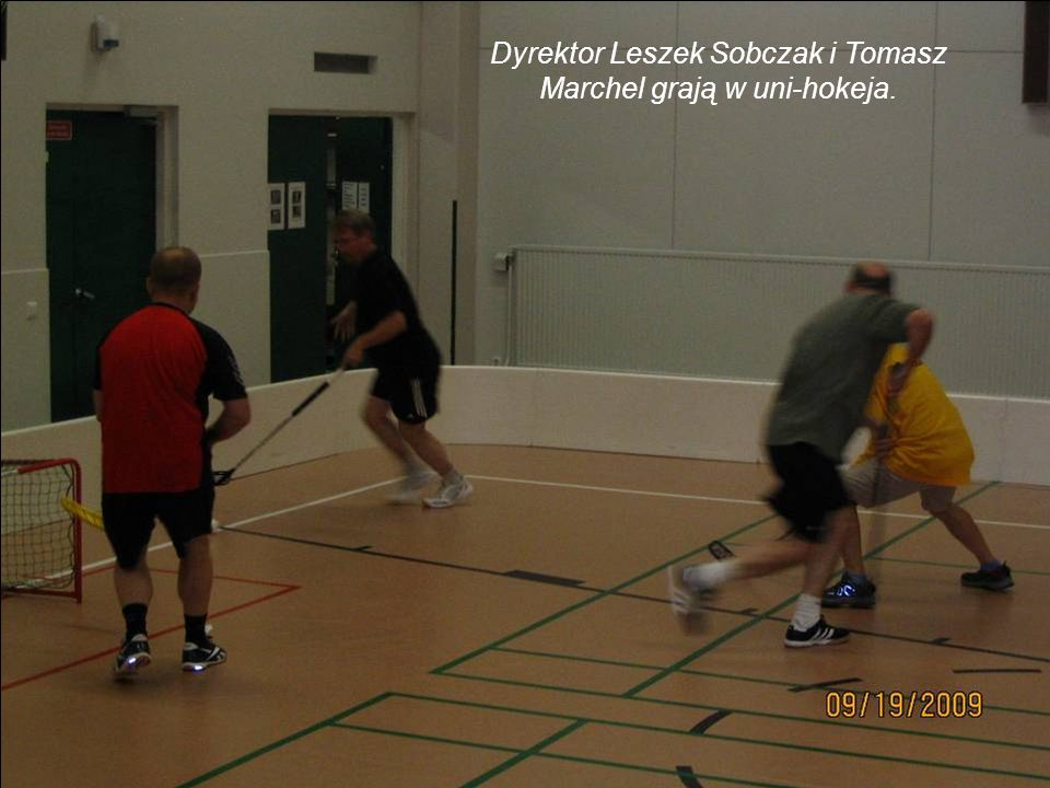 Dyrektor Leszek Sobczak i Tomasz Marchel grają w uni-hokeja.