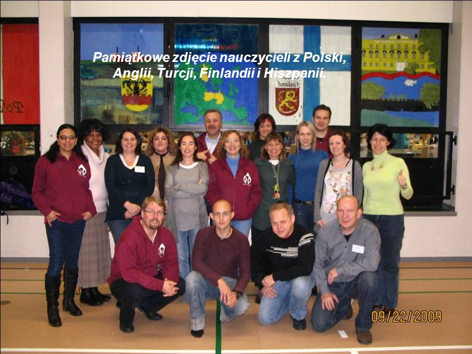 Pamiątkowe zdjęcie nauczycieli z Polski, Anglii, Turcji, Finlandii i Hiszpanii.