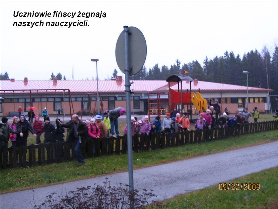 Uczniowie fińscy żegnają naszych nauczycieli.