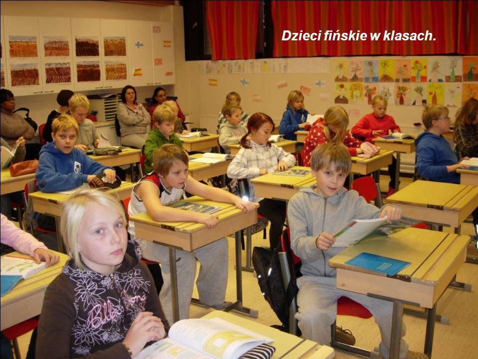 Dzieci fińskie w klasach.