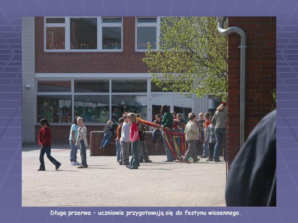 Długa przerwa – uczniowie przygotowują się do festynu wiosennego.
