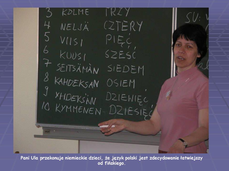 Pani Urszula Wysocka przekonuje niemieckie dzieci, że język polski jest zdecydowanie łatwiejszy od fińskiego.