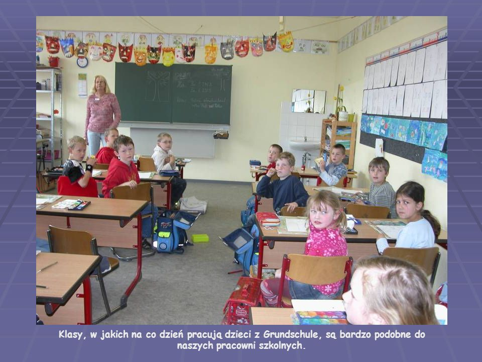 Klasy, w jakich na co dzień pracują dzieci z Grundschule, są bardzo podobne do naszych pracowni szkolnych.