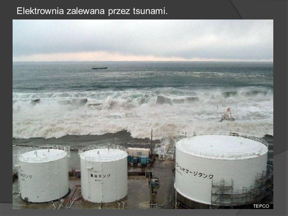 Elektrownia zalewana przez tsunami.