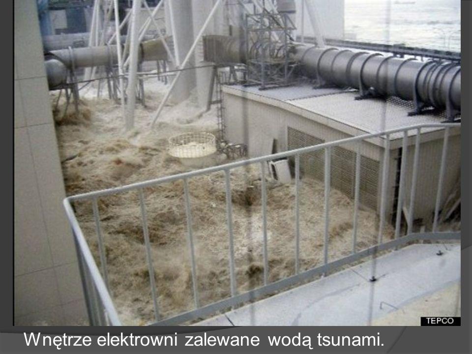 Wnętrze elektrowni zalewane wodą tsunami.
