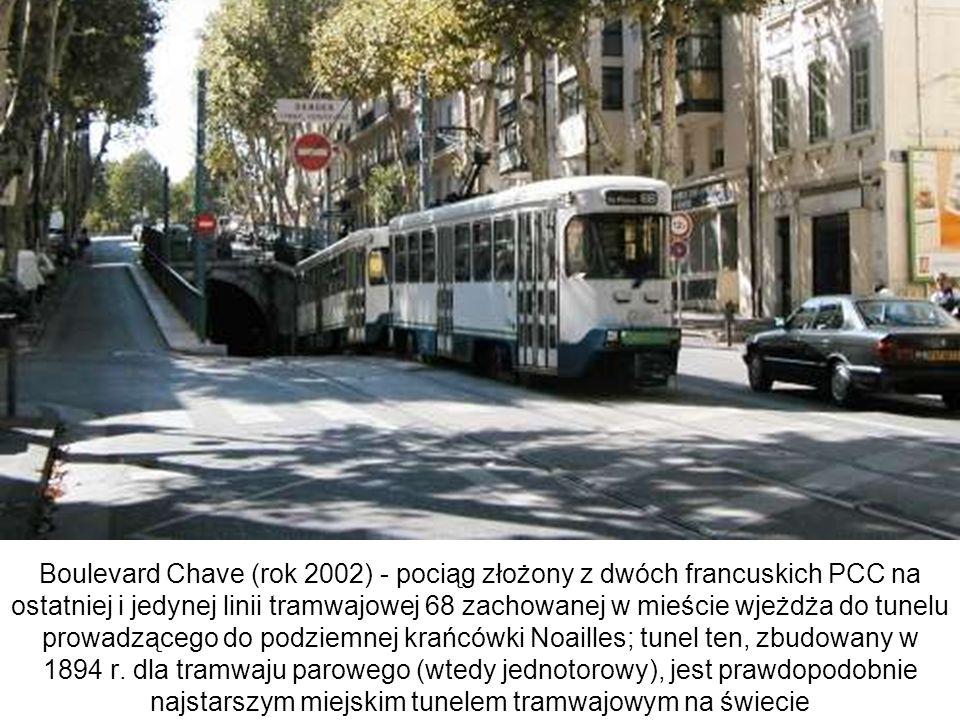 Boulevard Chave (rok 2002) - pociąg złożony z dwóch francuskich PCC na ostatniej i jedynej linii tramwajowej 68 zachowanej w mieście wjeżdża do tunelu prowadzącego do podziemnej krańcówki Noailles; tunel ten, zbudowany w 1894 r.