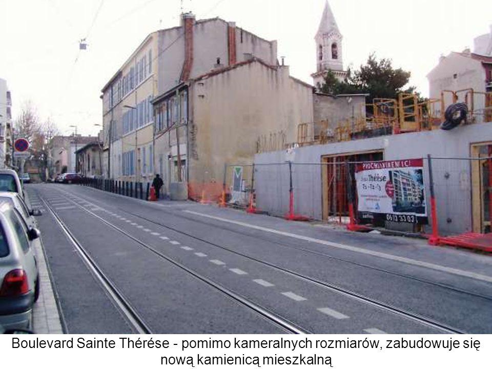 Boulevard Sainte Thérése - pomimo kameralnych rozmiarów, zabudowuje się nową kamienicą mieszkalną