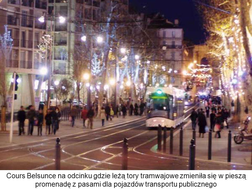 Cours Belsunce na odcinku gdzie leżą tory tramwajowe zmieniła się w pieszą promenadę z pasami dla pojazdów transportu publicznego