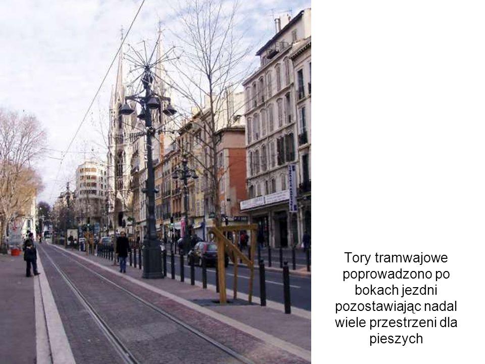 Tory tramwajowe poprowadzono po bokach jezdni pozostawiając nadal wiele przestrzeni dla pieszych