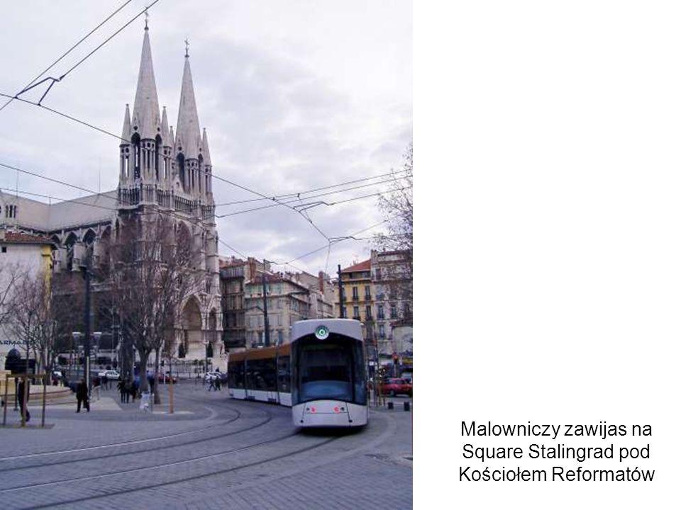 Malowniczy zawijas na Square Stalingrad pod Kościołem Reformatów